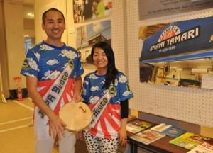 (右から)CDを制作した加藤勲さんと、妻の里織さん=25日、奄美市