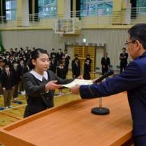 表彰状を受け取る平さん=22日、奄美高校