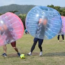 23チーム約170人がプレーを楽しんだバブルサッカー大会=24日、奄美市笠利町の奄美パーク