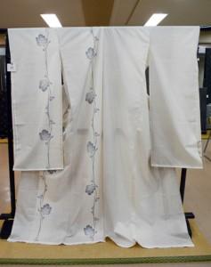 紬グランプリ最優秀賞に選ばれた興紬商店(上)と、翔けあまみ最優秀賞の竹川絹織物の製品=14日、奄美市