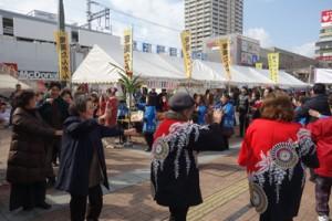 来場者も一体となって踊りを楽しんだ「島のブルース」=11日、兵庫県尼崎市(瀬戸内町提供)