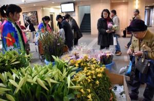 多くの買い物客でにぎわった知名町の特産品フェア=21日、鹿児島市