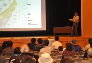世界自然遺産登録の先進地・知床の事例報告などがあったシンポジウム=11日、徳之島町生涯学習センター