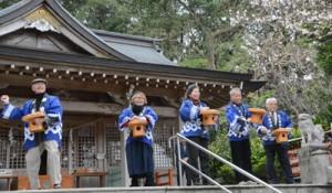 節分祭で豆をまく年男年女=3日、奄美市名瀬の高千穂神社