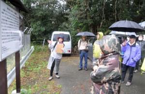 カムィヤキ陶器釜跡について解説する常さん(左)とツアー参加者ら=3日、伊仙町阿三