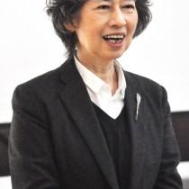 城ケ丘中学校で講演する河田真智子さん=14日、和泊町