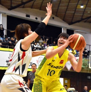 JX―ENEOS―アイシンAW戦。ゴール下でブロックをかわしてシュートを放つJX―ENEOSの選手(右)=17日、名瀬総合体育館