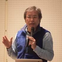 小笠原諸島のホエールウオッチングの取り組みについて講演した森教授=10日、奄美市名瀬