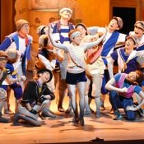 奄美大島の小学生1043人が鑑賞した劇団四季のミュージカル=16日、奄美文化センター