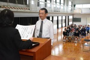 宮田校長(中央)の定年退職を祝った秋名小「サプライズ卒業式」=26日、龍郷町
