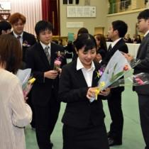 花束で祝福を受ける卒業生たち=1日、奄美高校