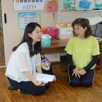 保育所で聞き取り調査をする学生=17年9月、大和村(提供写真)