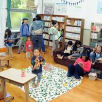 休校中の俵小学校図書室を活用してオープンした「島の図書館」=21日、瀬戸内町加計呂麻島