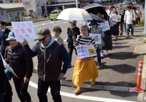 デモ行進を行う反原発集会の参加者=11日、奄美市名瀬
