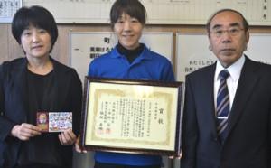 ダブル受賞を町岡教育長(右)に報告した茶花小の日置教頭(左)と濵田教諭