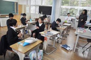 宇宙留学生8人を受け入れている茎南小学校。和気あいあいとした雰囲気で図工の授業を楽しむ子どもたち=1月24日、南種子町