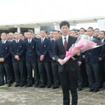 歓迎セレモニーであいさつする戸田部長(手前)=22日、奄美空港