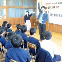 美しい日本語の話し方を指導した劇団四季の出前授業=9日、伊仙町犬田布小学校