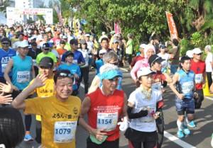 一斉にスタートを切るフルマラソンの選手たち=4日、与論町