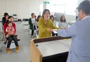 子育て支援員に認定され修了書を受け取る研修生=21日、徳之島町役場