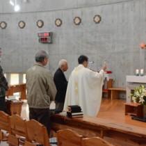 ミサに列席した島尾伸三さん家族(左)ら=25日、奄美市名瀬