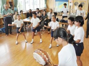 少子化や人口流出を背景に将来の学校存続が危ぶまれる奄美市内の小規模校。市は2018年度、9校を対象に里親留学制度をスタートさせる(資料写真)