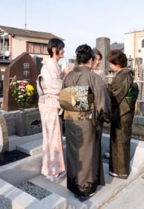 一村の墓前に会発足を報告する参加者=18日、栃木市の満福寺