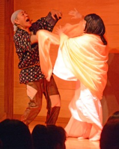 島口劇「アモレウナグ」の一こま=10日、奄美市名瀬のAiAiひろば