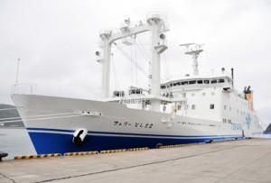 新造船フェリーとしま2=20日、奄美市名瀬の佐大熊岸壁