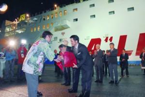 フェリー波之上が初寄港した宮之浦港で歓迎を受ける奄美の視察団=5日、屋久島町