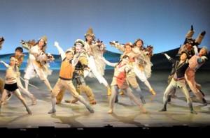 迫力あるダンスや歌などで観客を魅了した劇団四季のファミリーミュージカル「ガンバの大冒険」=12日、徳之島町文化会館