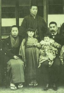 西郷隆盛と愛加那の長女菊子(菊草)とみられる写真。左端が菊子、右端が菊次郎