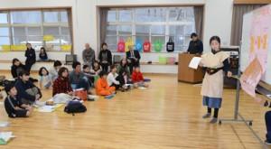 工夫を凝らした衣装などで学びの成果を発表する講座生=3日、龍郷町