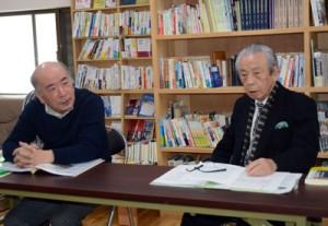 遺骨返還運動への取り組みについて説明する(右から)大津氏と原井氏=3日、奄美市名瀬