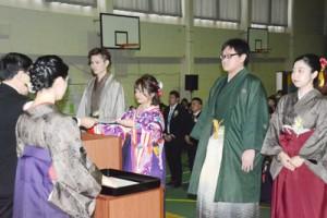 向井校長から卒業証書を受け取る学生ら=5日、奄美看護福祉専門学校