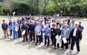 開会式後、記念撮影に応じる大会参加者=23日、瀬戸内町の俵中学校