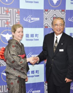 竹田町長を表敬訪問したマレー監督(左)=5日、龍郷町役場