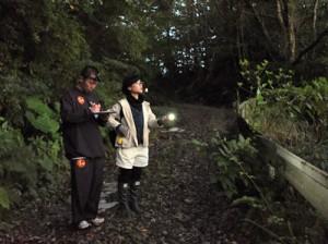 さえずりに耳を澄ませる調査員=18日午前6時15分ごろ、奄美市名瀬の奄美中央林道