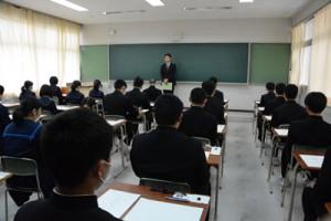 試験開始を待つ受験生=7日、奄美市名瀬の県立大島高校