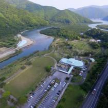世界自然遺産センターを整備する方針が明らかになったマングローブパーク=30日、奄美市住用町(本社小型無人機で撮影)