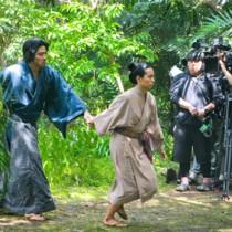 (左から)西郷隆盛役の鈴木亮平さんと愛加那役の二階堂ふみさんの共演シーン=14日、奄美市笠利町
