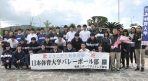 合宿のため、奄美大島に初来島した日体大バレーボール部=14日、奄美空港