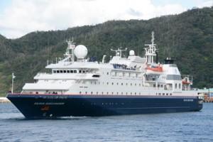 奄美大島に初寄港した旅客船「シルバーディスカバラー」=23日、奄美市名瀬