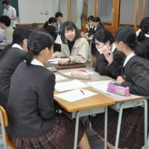 特産品のマーケティングをテーマにした奄美高校生と文京学院大生との交流勉強会=16日、奄美市名瀬