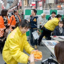 都内の商店街でたんかんまつりを開催し、トップセールスする大和村の伊集院村長(後方左から2人目)ら=3日、板橋区大山