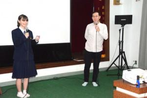 舞台あいさつする(左から)主演のアリシャさんと島田監督=17日、奄美市名瀬