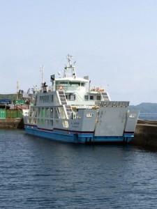 1年3カ月ぶりに運航を再開するフェリーかけろまの新船=30日、瀬戸内町古仁屋