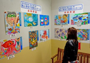 イオンプラザ大島店で展示中の海保図画コンクール入賞作品=2日、奄美市名瀬