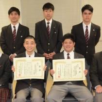 高校生技術・アイデアコンテストで佳作に選ばれた奄美高校の生徒たち=2月28日、奄美市名瀬