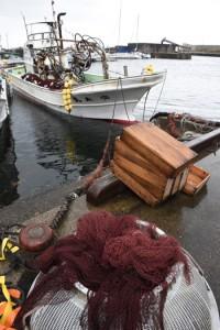 箕作さん家族がトビウオ漁に使う「安永丸」=6日、屋久島町の安房港